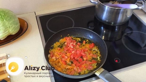 По рецепту для приготовления тушенной капусты с курицей и картошкой, обжарьте томаты