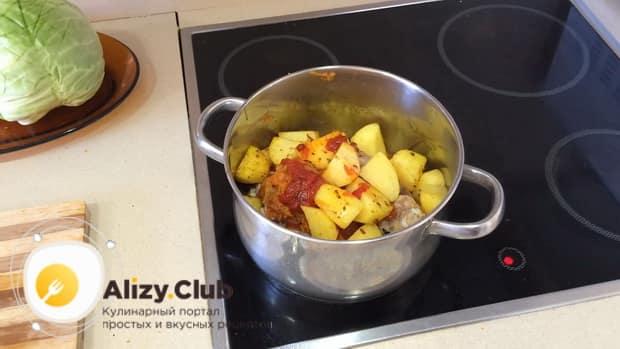 По рецепту для приготовления тушенной капусты с курицей и картошкой, смешайте ингредиенты