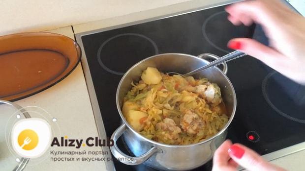 Вкусная тушеная капуста с курицей и картошкой по простому рецепту готова.