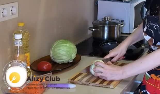 По рецепту для приготовления тушенной капусты с курицей и картошкой, нарежьте лук