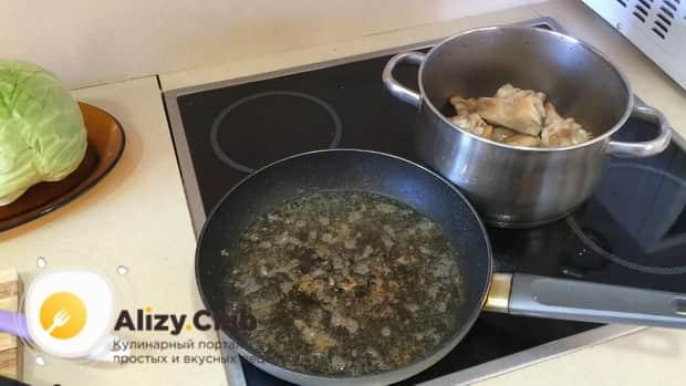 По рецепту для приготовления тушенной капусты с курицей и картошкой, подготовьте ингредиенты