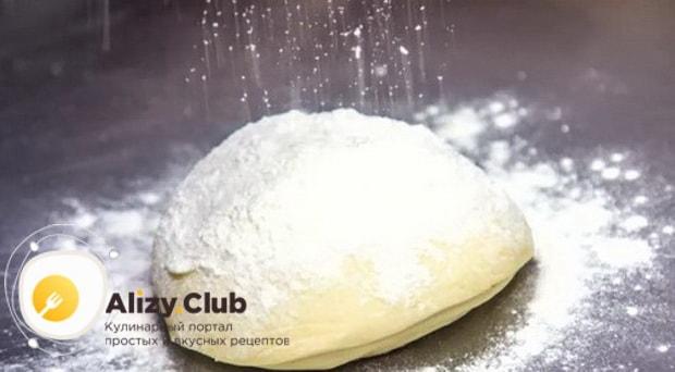 Для приготовления вареников с квашеной капустой, раскатайте тесто