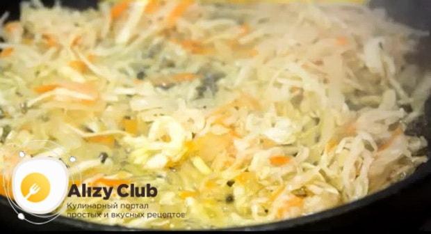Для приготовления вареников с квашеной капустой, обжарьте ингредиенты для приготовления начинки