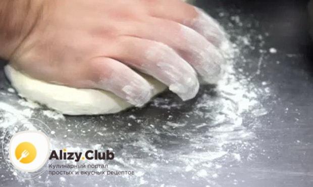 Для приготовления вареников с квашеной капустой, замесите тесто