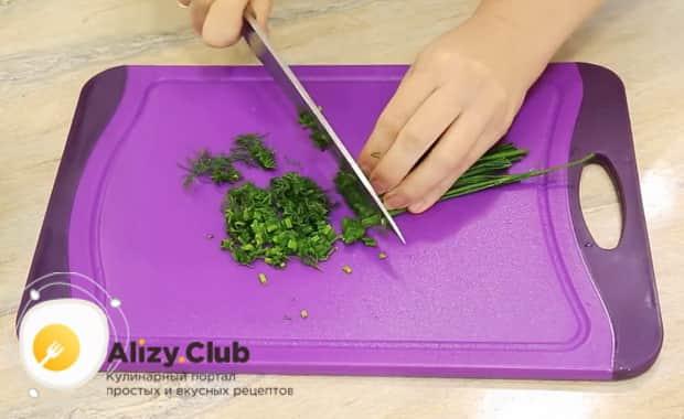 Для приготовления винегрета с селедкой, нарежьте зелень
