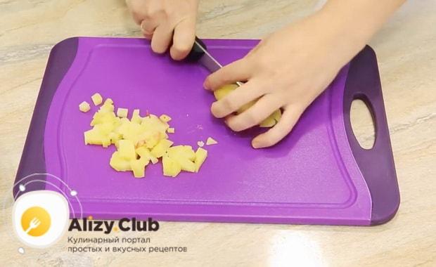 Для приготовления винегрета с селедкой, нарежьте картофель