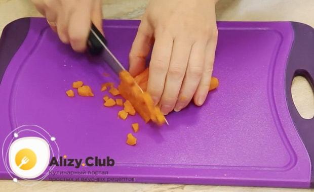 Для приготовления винегрета с селедкой,нарежьте морковь