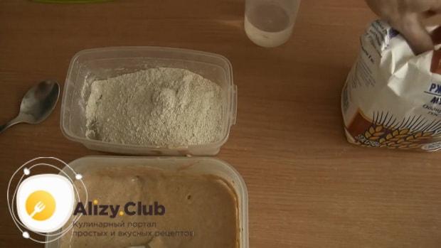 По рецепту, для приготовления бездрожжевого хлеба, смешайте ингредиенты для закваски