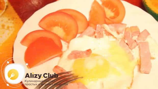 Готовую яичницу подаем на завтрак с помидорами