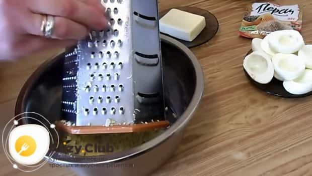 По рецепту для приготовления фаршированных яиц натрите сыр