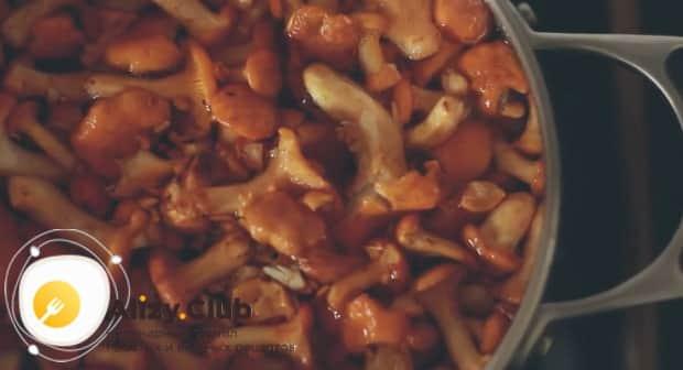 Отварите лисички и обжарьте их с картофелем.