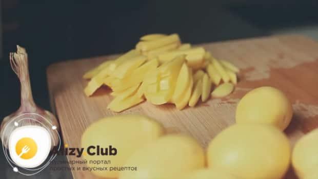 Нарежьте картофель и обжарьте его с лисичками.