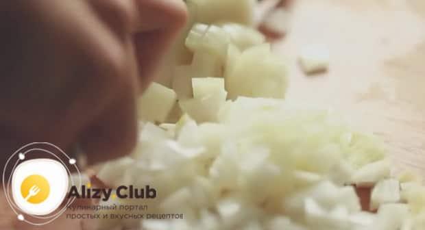 Нарежьте лук и обжарьте его с картофелем и лисичками