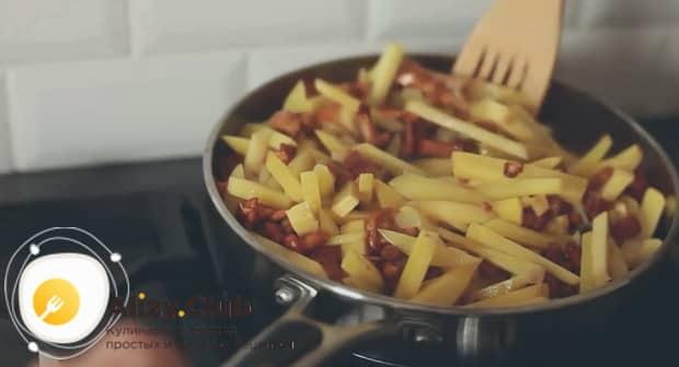 перемешайте жареный картофель с лисичками.