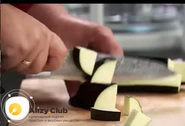 Нарежьте баклажаны и приготовьте их на зиму по простому рецепту.