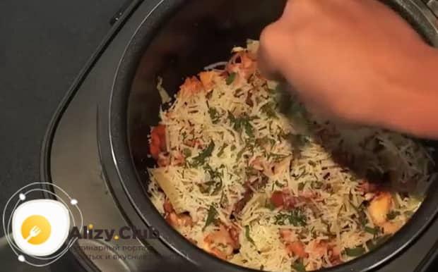 Для приготовления жареных лисичек с картошкой, посыпьте ингредиенты сыром.