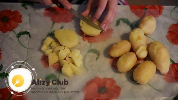 Для приготовления жареных лисичек нарежьте картофель.