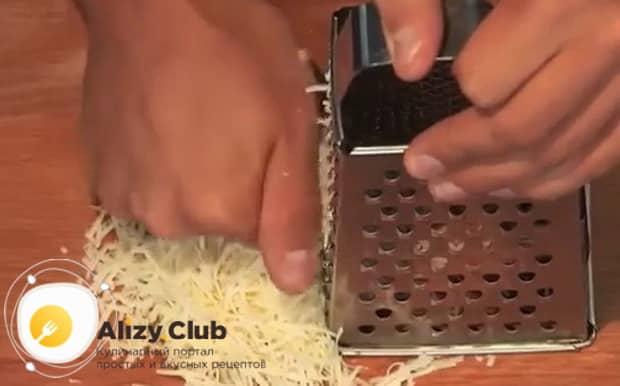 Для приготовления жареных лисичек с картошкой, натрите сыр.