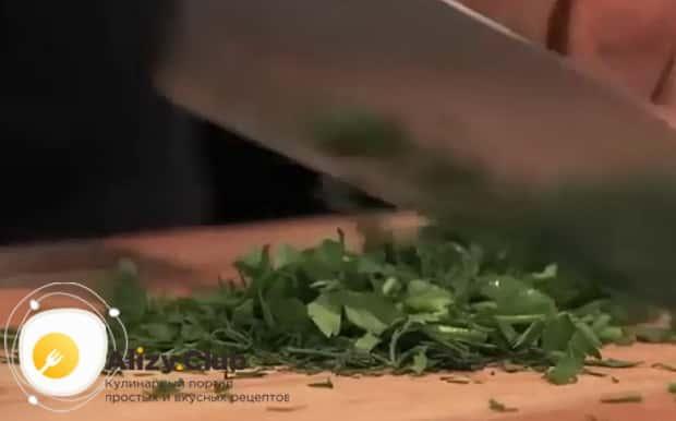 Для приготовления жареных лисичек с картошкой, нарежьте зелень.