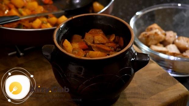 Готовим жаркое в горшочках с курицей и картошкой