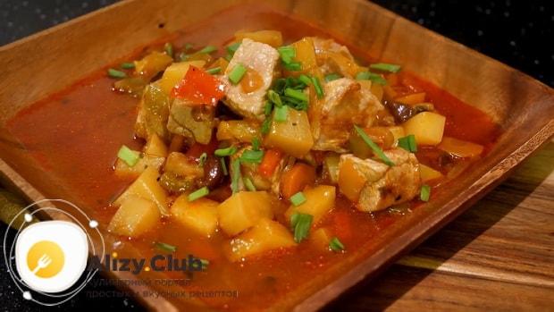 Жаркое в горшочках с мясом и картошкой в духовке можно подавать на стол