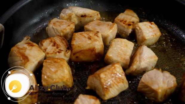 Готовим жаркое из свинины с картошкой в горшочках