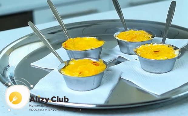 По рецепту, для приготовления жульена из морепродуктов со сливками натрите сыр