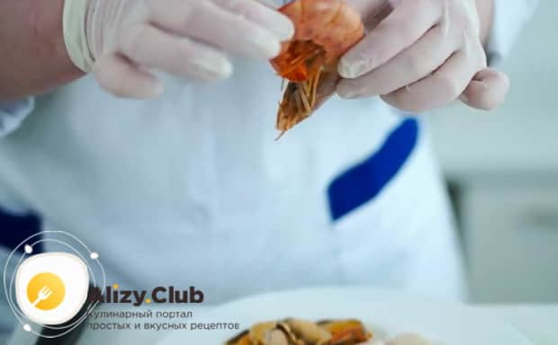 По рецепту, для приготовления жульена из морепродуктов со сливками очистите ингредиенты