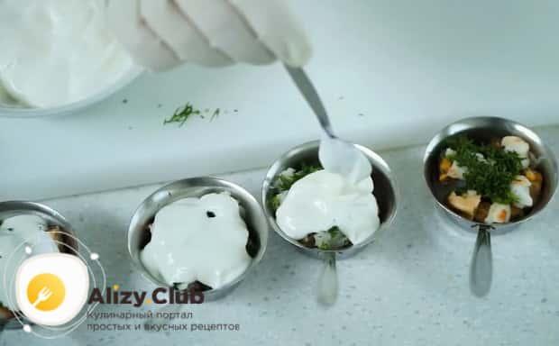 По рецепту, для приготовления жульена из морепродуктов со сливками добавьте специи