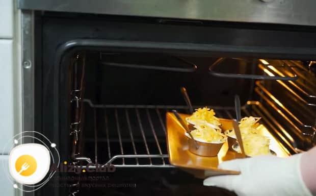 По рецепту, для приготовления жульена из морепродуктов со сливками разогрейте духовку
