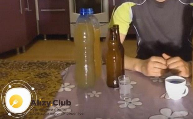 Разливаем пиво по простерилизованным бутылкам.