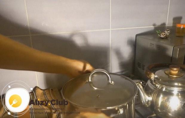 После паузы ставим кастрюлю с солодом на плиту.