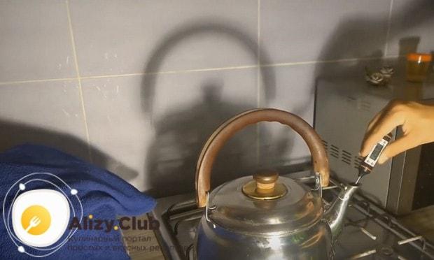 Отдельно нагреваем воду в чайнике.