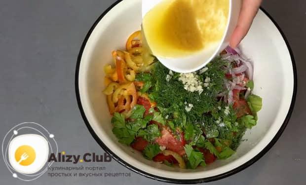 Для приготовления салата со свежими овощами, смешайте ингредиенты