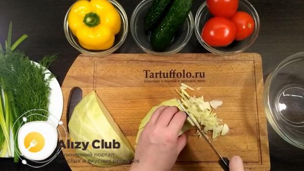 Для приготовления салата со свежими овощами, нарежьте капусту