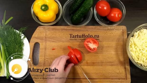 Для приготовления салата со свежими овощами, нарежьте помидоры