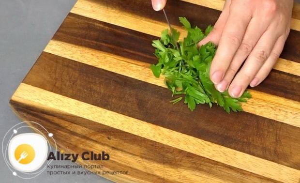 Для приготовления салата со свежими овощами, нарежьте зелень
