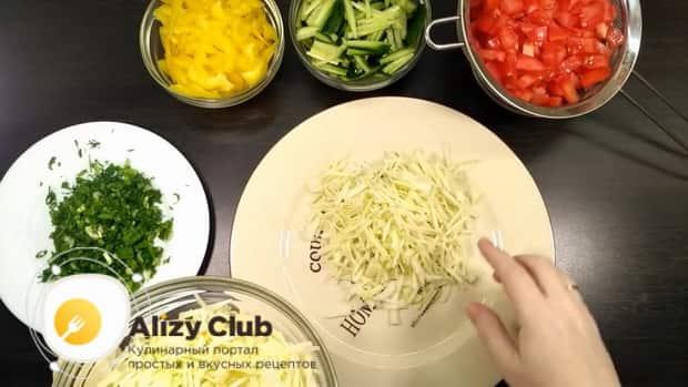 Для приготовления салата со свежими овощами, выложите на тарелку капусту