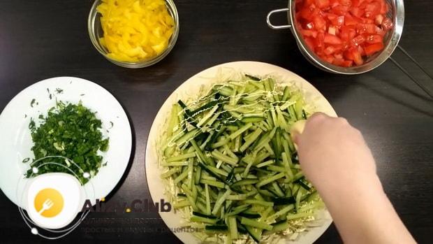 Для приготовления салата со свежими овощами, выложите на тарелку огурцы