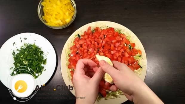 Для приготовления салата со свежими овощами, выложите на тарелку помидоры