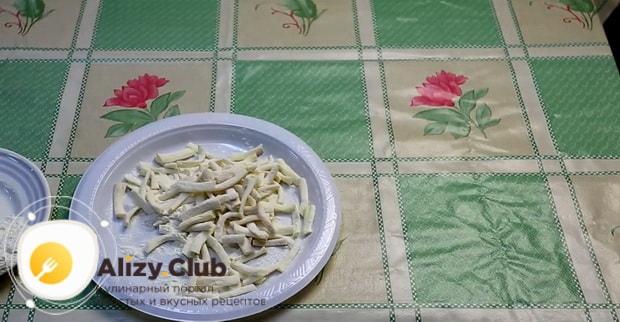 Для приготовления закуски к пиву в домашних условиях, нарежьте сулугуни