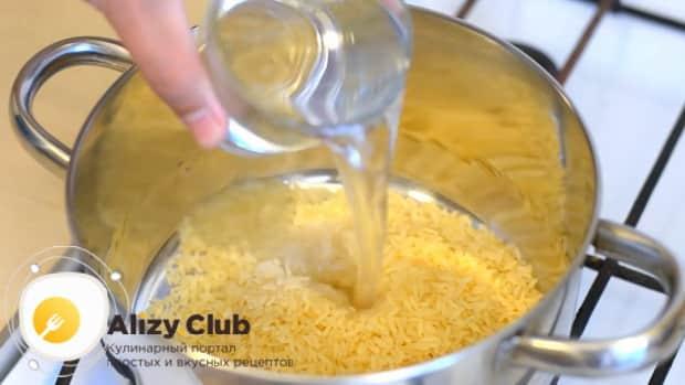Перед тем как приготовить рисовую кашу на воде промойте крупу