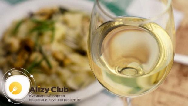 По рецепту, для приготовления классического ризотто с овощами, добавьте вино