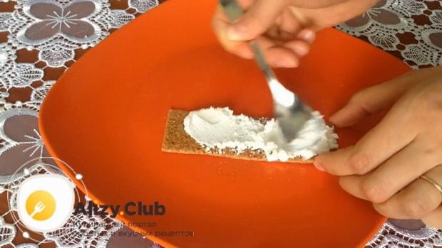 Для приготовления закуски из лаваша с красной рыбой, по простому рецепту смажьте сыром