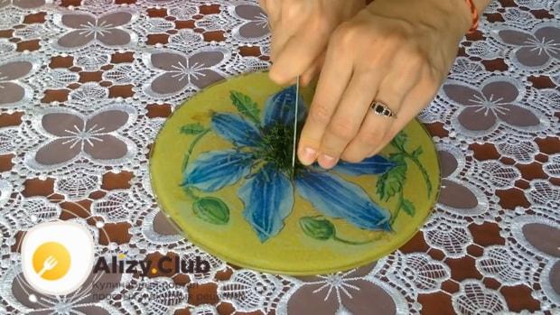Для приготовления закуски из лаваша с красной рыбой, по простому рецепту нарежьте зелень.
