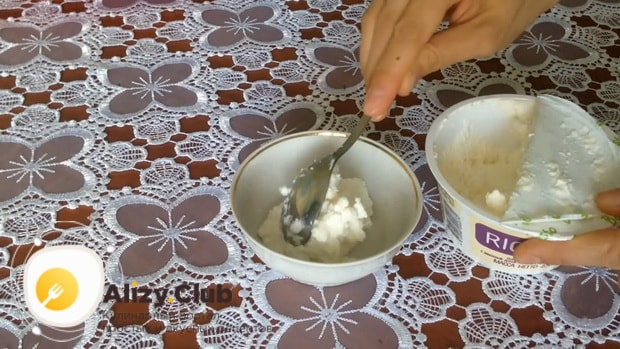 Для приготовления закуски из лаваша с красной рыбой, по простому рецепту насыпьте творог