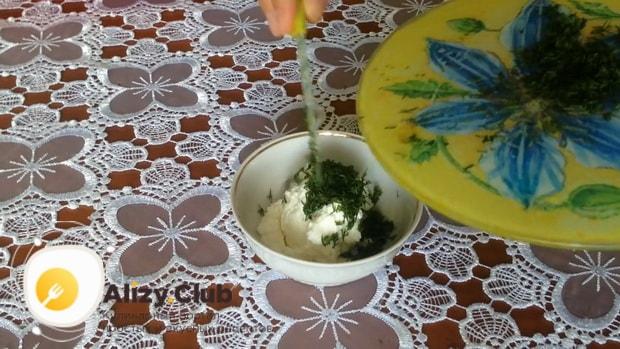 Для приготовления закуски из лаваша с красной рыбой, по простому рецепту смешайте творог с зеленью