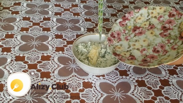 Для приготовления закуски из лаваша с красной рыбой, по простому рецепту измельчите чеснок