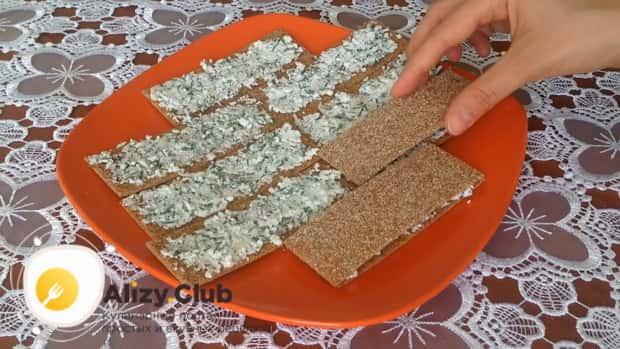 Для приготовления закуски из лаваша с красной рыбой, по простому рецепту накройте хлебцами