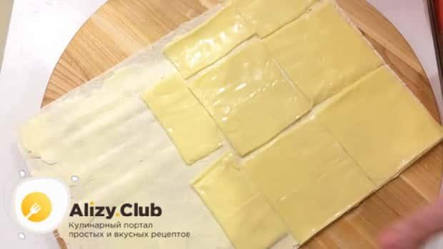 Для приготовления закуски из лаваша с красной рыбой, по простому рецепту положите сыр
